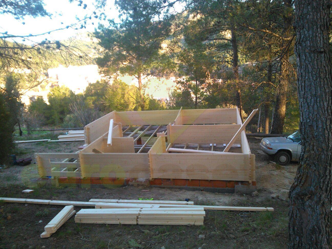Montaje dos casas de madera fay en camping la granja de for Montaje tejados de madera