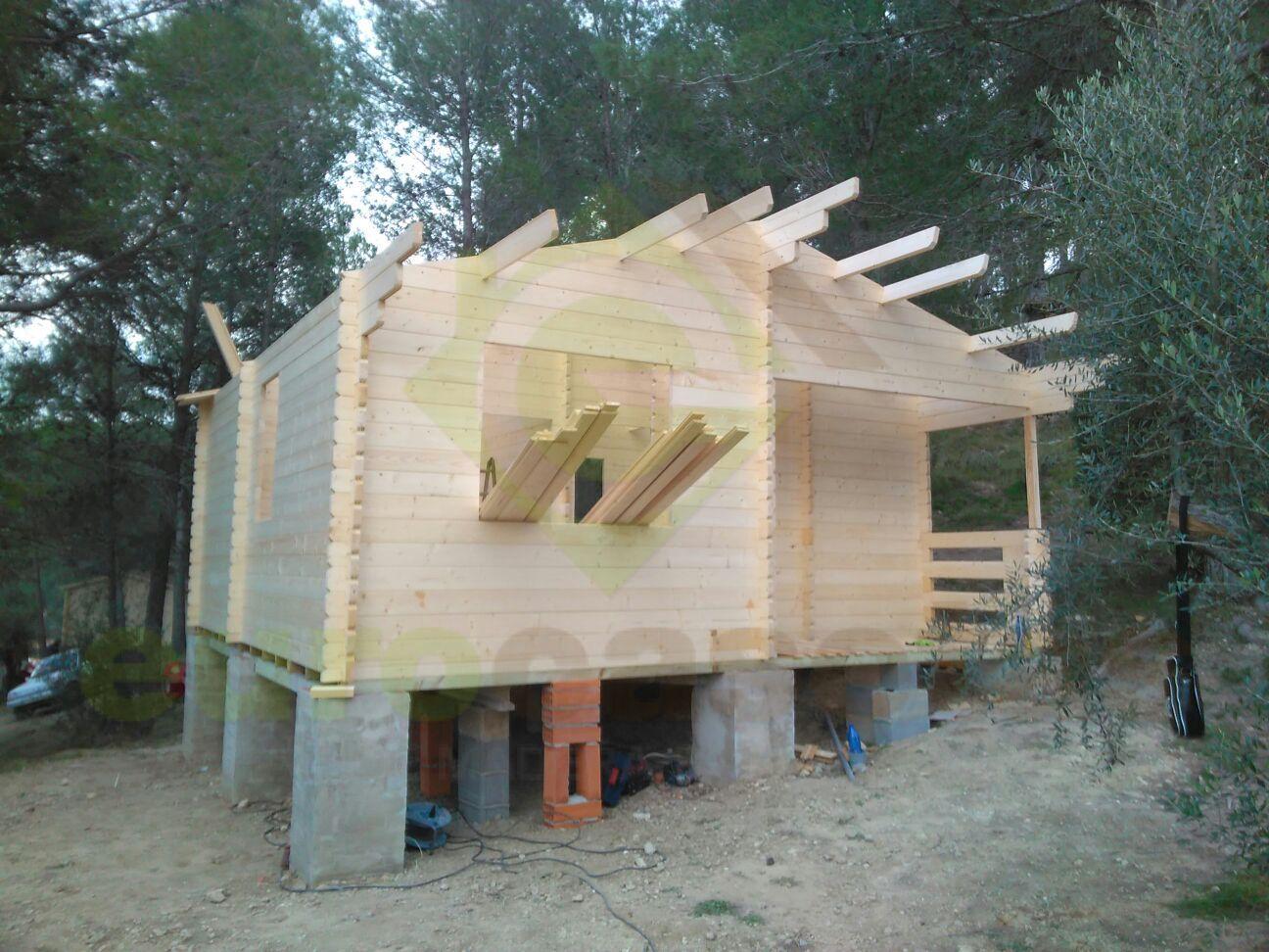 Montaje dos casas de madera fay en camping la granja de - Montaje casa de madera ...